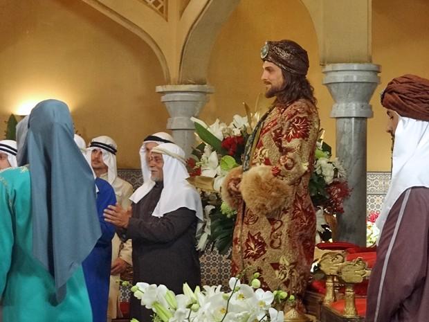 O Rei espera a entrada da sua nova esposa (Foto: Gabriela Duarte/Gshow)