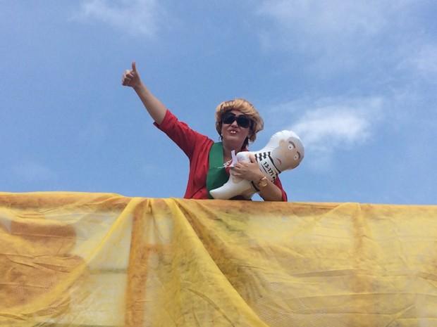 Fantasiada de Dilma, Cristina Ferreira é professora e pede a saída da presidente. Ela, contudo, não quer que o vice-presidente, Michel Temer, assuma e defende novas eleições (Foto: Filipe Matoso/G1)