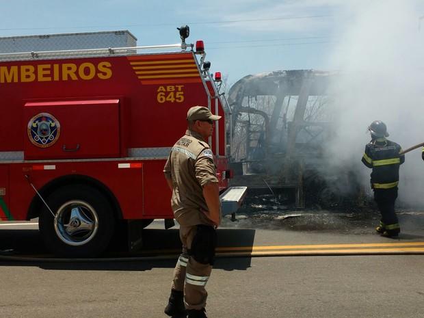 Ônibus pegou fogo em Lagoa Grande, PE (Foto: Divulgação/Polícia Rodoviária Federal)
