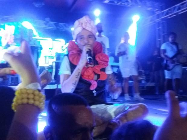Netinho sentado no palco (Foto: EGO)