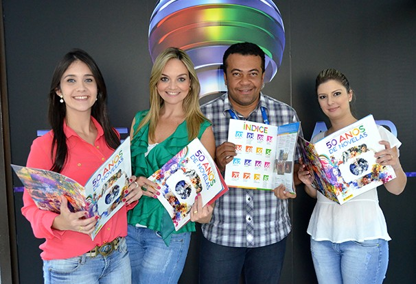Colaboradores da TV Fronteira receberam o álbum (Foto: Marketing / TV Fronteira)
