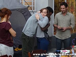 Vera dá um abraço de agradecimento em Frédéric (Foto: Malhação / TV Globo)