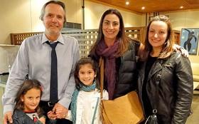 Tato Gabus Mendes recebe visita da família nos estúdios de Cheias de Charme