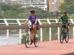 Ciclistas usaram a faixa exclusiva antes mesmo da inauguração (Foto: Reprodução/TV Globo)