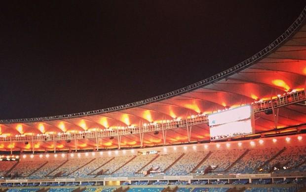 Curtinha  Maracanã muda de cor para estreia de uniforme laranja do ... 00c99ac29ce33