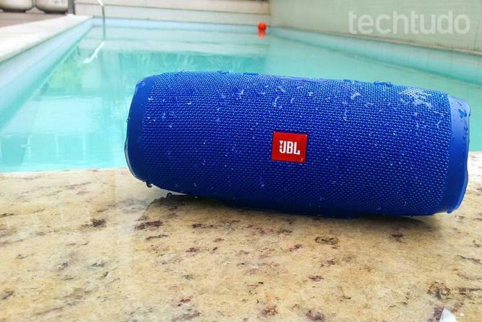 JBL Charge é à prova dágua sendo ideal para piscinas (Foto: Isabela Giantomaso/TechTudo)