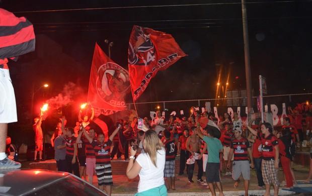 Após a decisão, torcedores rubro-negros foram comemorar o título na praia de Manaíra (Foto: Yordan Cavalcanti / Globoesporte.com/pb)