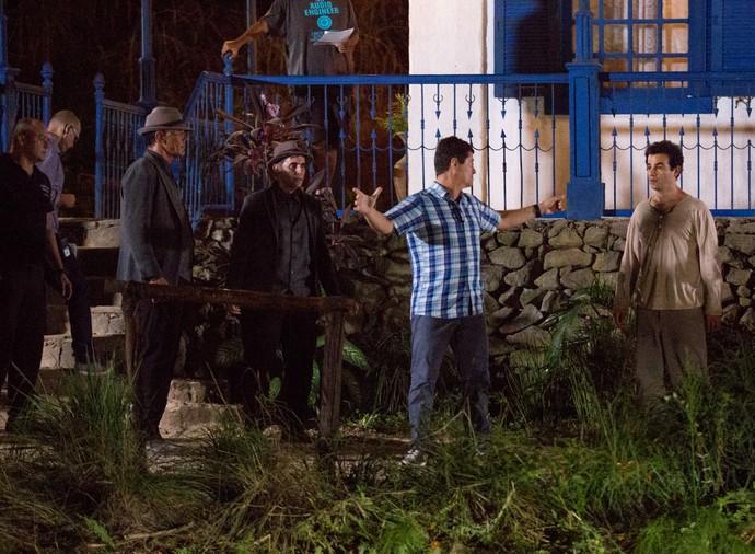 Diretor Marcelo Zambelli dirige a cena de Anderson com dublê (Foto: Fabiano Battaglin/Gshow)
