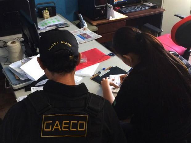 Policiais do Gaeco cumprem mandado de busca e apreensão na prefeitura de Deodápolis (Foto: Divulgação/Gaeco/MS)