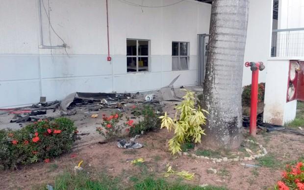 Terminais bancários foram completamente destruídos pela explosão (Foto: Marksuel Figueiredo/Inter TV Cabugi)