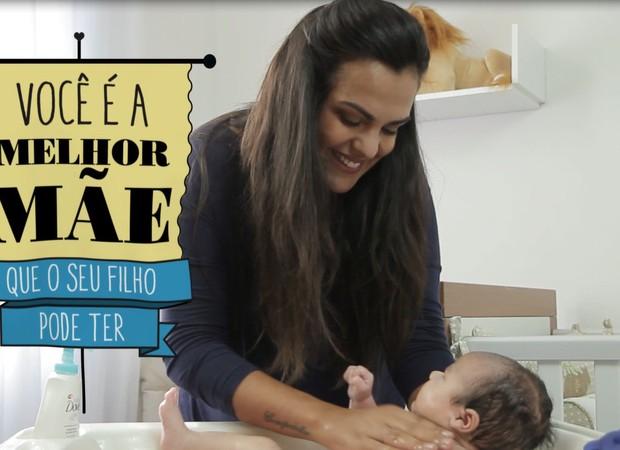Hidratar a bele do bebê é importante e pode ser mais um momento de carinho (Foto: Crescer/ Editora Globo)