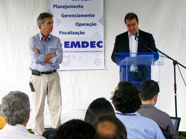 Prefeito durante anúncio de redução da tarifa na sede da Emdec, em Campinas (Foto: Reprodução/EPTV)