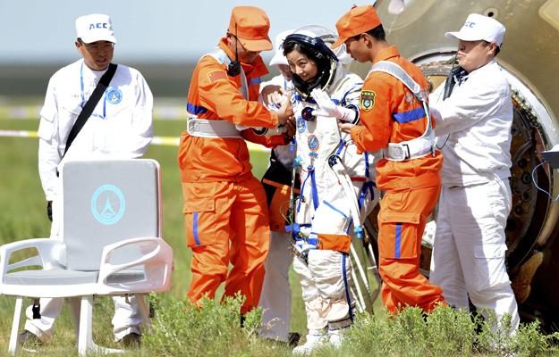 A primeira astronauta chinesa enviada ao espaço foi Liu Yang, sai da cápsula Shenzhou-10. (Foto: Xinhua,Ren Junchua/AP)