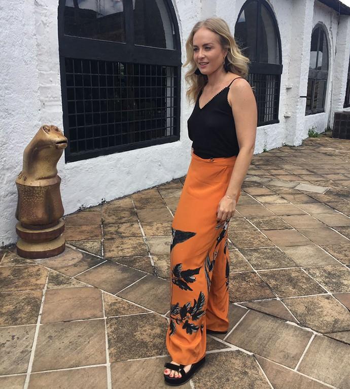 Angélica aposta em cores quentes como a calça pantalona laranja junto com regata preta  (Foto: Deborah Montenegro)