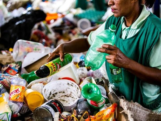 Os catadores e a população passaram por um processo de educação ambiental, no Benedito Bentes (Foto: Jonathan Lins/G1)