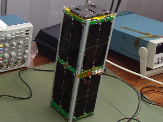 Nanossatélite desenvolvido por estudantes (Foto: Curso de Engenharia Espacial da UnB/Divulgação)