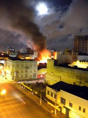 Incêndio de grandes proporções atingiu loja no Centro de Pelotas (Foto: Luiz Fernando Medeiros Pinto/VC no G1 )