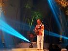 Cantor Nilson Chaves se apresenta na véspera de feriado em Manaus