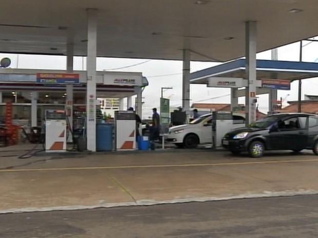Suspeito foi baleado após assalto a posto de combustíveis (Foto: Reprodução / TV TEM)