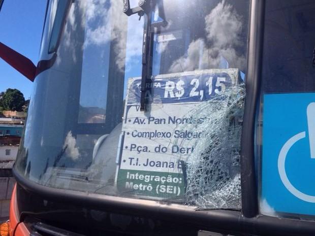 Segundo motoristas, passageiros jogaram pedras em ônibus (Foto: Kety Marinho/TV Globo)