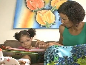Manuela, de cinco anos, espera contratação de funcionária para poder voltar à escola (Foto: Reprodução/RBS TV)