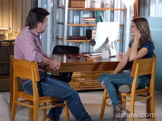 Lili finge para LC que ficou feliz com a notícia da captura da tropa do bem (Foto: Inácio Moraes / TV Globo)