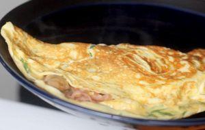Omelete de presunto com cogumelos