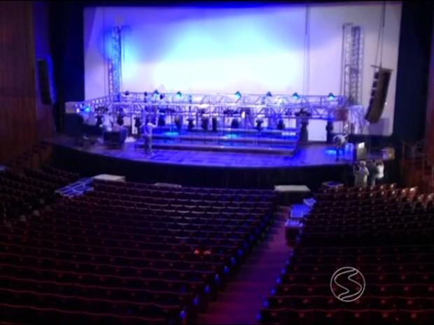 Cine 9 de Abril, em Volta Redonda, passou por preparação para receber o Encontro Rio Sul de Corais 2014 (Foto: Reprodução/TV Rio Sul)