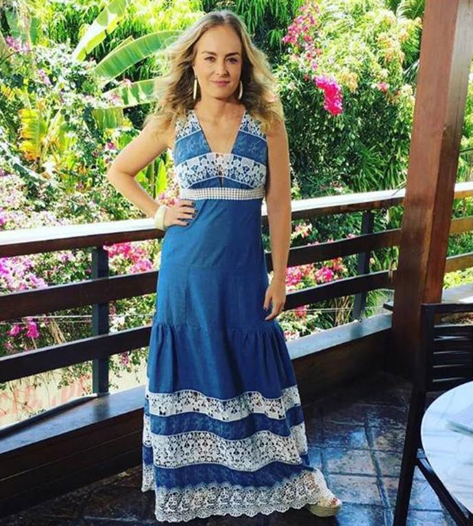 Angélica com longo azul com detalhes em renda branca (Foto: Deborah Montenegro )