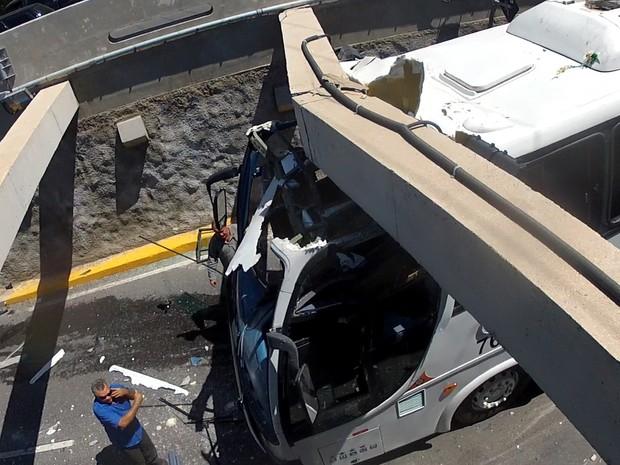 Cerca de 15 pessoas foram feridas. Família havia fretado ônibus para acompanhar funeral. (Foto: Reprodução/TV Verdes Mares)