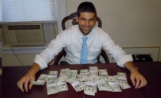 Noah Muroff encontrou um saco com US$ 98 mil em mesa de escritório que ele comprou no site de classificados Craigslist (Foto: Reprodução/YouTube/WTNH)
