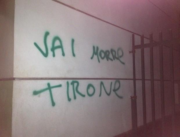 Pixação com ameaça de morte a Arnaldo Tirone (Foto: Felipe Zito/Globoesporte.com)