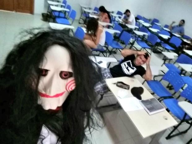 Professor se vestiu de Jigsaw para aplicar prova final na Ufac  (Foto: Fernando Souza/ Arquivo pessoal )