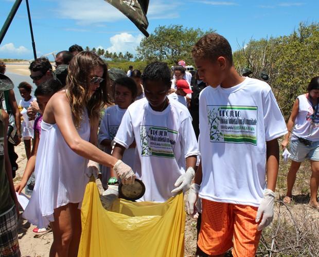 Monique participa da mobilização pela limpeza do rio (Foto: Domingão do Faustão / TV Globo)