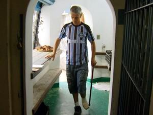 Claudiomir Rabelo está com problema no pé e não consegue se aposentar (Foto: Sávio Monteiro/ EPTV)