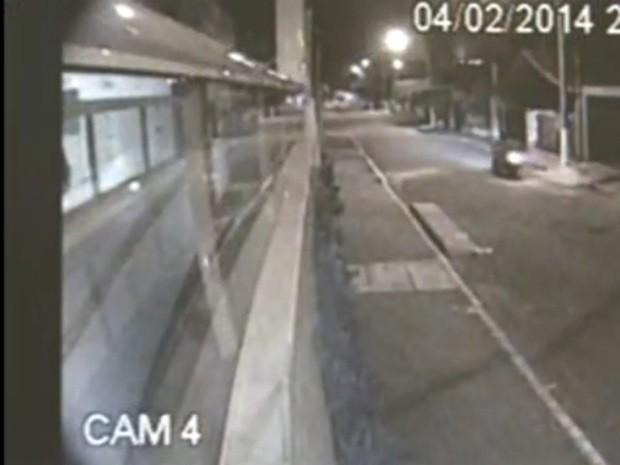 Câmeras captaram momento em que jovem foi morto em Praia Grande, SP (Foto: Reprodução / TV Tribuna)