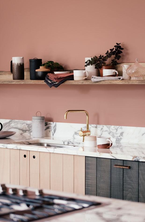 Décor do dia: cozinha rosa com um toque de dourado (Foto: Divulgação)