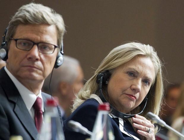 """A secretária de Estado dos EUA, Hillary Clinton, e o chanceler alemão, Guido Westerwelle, durante encontro dos 'Amigos da Síria"""", em Paris (Foto: Jacques Brinon / Reuters)"""