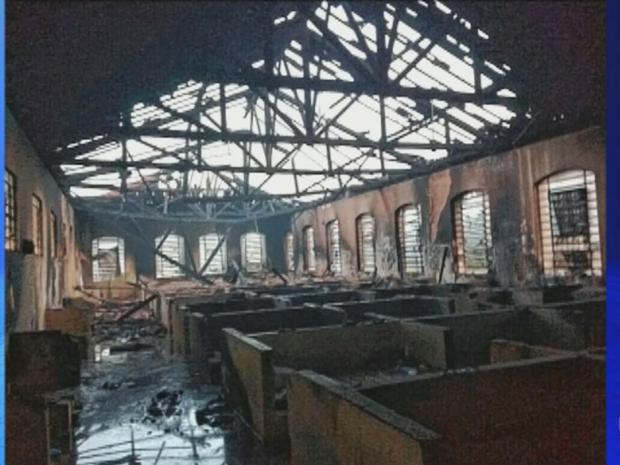 Três pavilhões ficaram destruídos com incêndio (Foto: Reprodução/TV TEM)