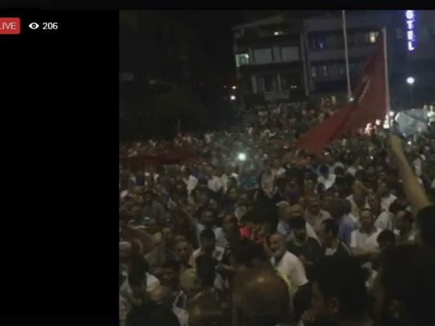 Transmissão pelo Facebook mostra multidão nas ruas com bandeiras na Turquia (Foto: Reprodução/Facebook)