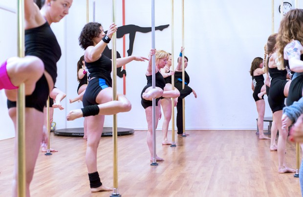 Cerca de 150 mulheres de todo o país participaram da tentativa de recorde na Holanda para maior número de pessoas fazendo pole dance ao som da mesma música (Foto: Remko de Waal, ANP/AFP)