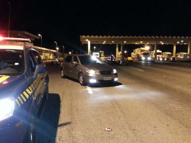 Suspeitos passaram pelo pedágio sem pagar (Foto: Polícia Rodoviária Federal)