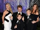 Um ano após overdose, filha de Jon Bon Jovi aparece ao lado do pai