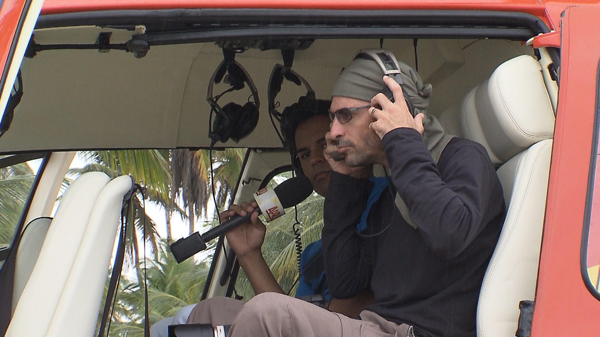 O repórter Pablo Vasconcelos acompanha o trabalho do fotógrafo (Foto: Divulgação)