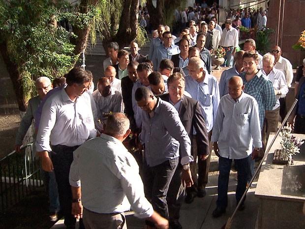 Sepultamento contou com presença de diversos políticos (Foto: Reprodução/TV Bahia)