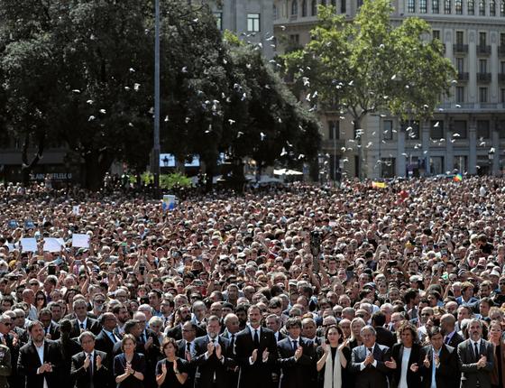 O rei Felipe e o primeiro ministro Mariano Rajoy na Praça da Catalunia (Foto:  Susana Vera/REUTERS)