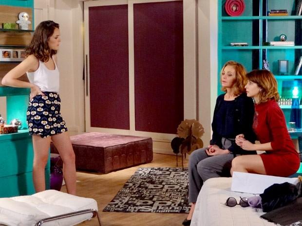 Cida fica chocada com o comportamento de Sônia e Isadora (Foto: Cheias de Charme / TV Globo)