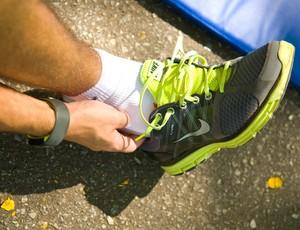 Atleta calça seu tênis de maneira confortável (Foto: Divulgação/Nike)