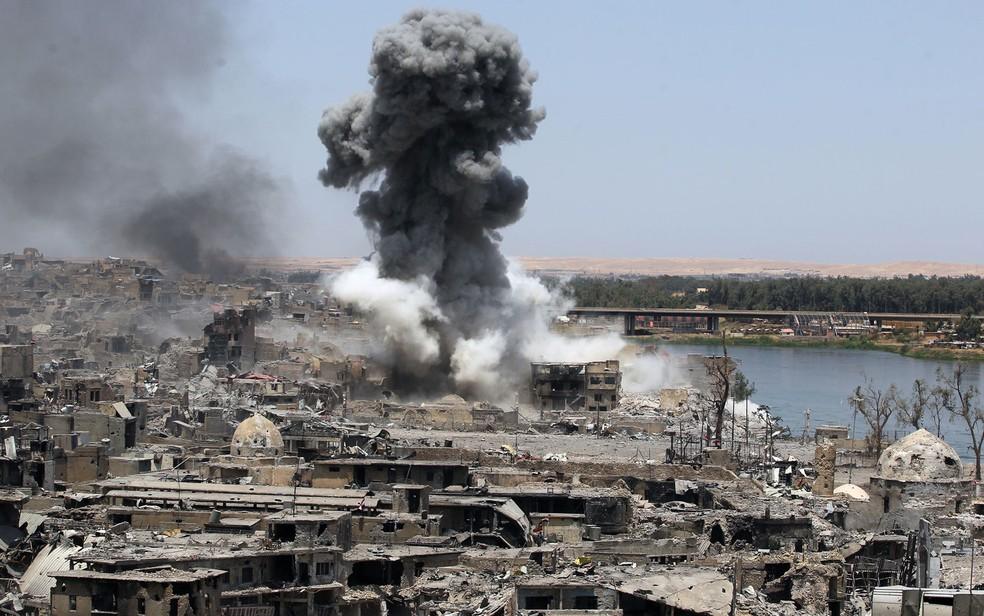 Foto de 9 de julho mostra fumaça após um ataque aéreo da coalizão liderada pelos EUA em um alvo do Estado Islâmico em Mossul, no Iraque (Foto: Ahmad Al-Rubaye/AFP)