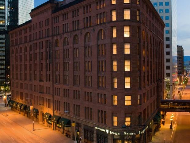 Localizado em Denver, no Colorado, o The Brown Palace Hotel foi aberto em 1892. Seu interior conta com mais de 12400 metros de ônix, mais do que qualquer outro hotel no mundo. O local possuia um túnel secreto para que seus hóspedes fossem para o bordel do (Foto: Divulgação)